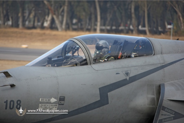 jf-17_thunder_pakistan_air_force_china_kamra_cockpit_hud_pilot_02