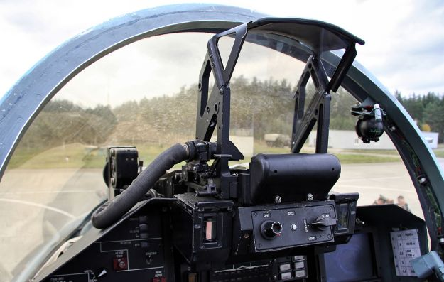 1280px-Cockpit_of_Sukhoi_Su-27_(3)