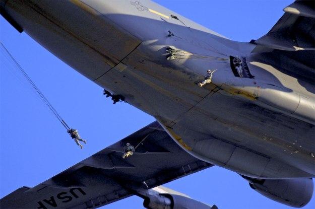 c-17_paratroopers-2