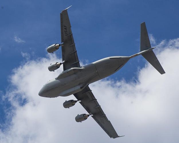 ob_baa1c8_a-c-17-globemaster-iii-flies-over-bigg
